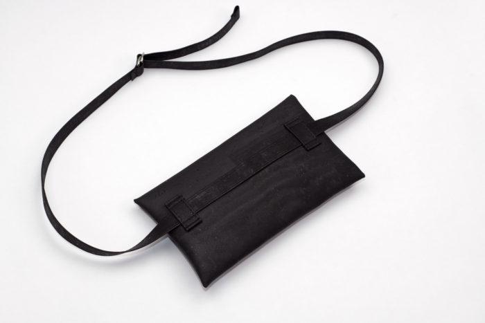 Rückseite einer Gürteltasche aus Kork in schwarz mit verstellbarem Träger