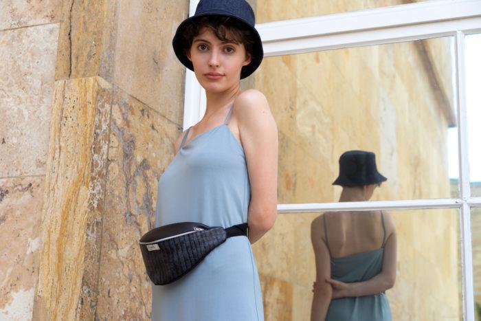 Model trägt frisch Beutel Bauchtasche Granit mit Kroko Muster um die Hüfte