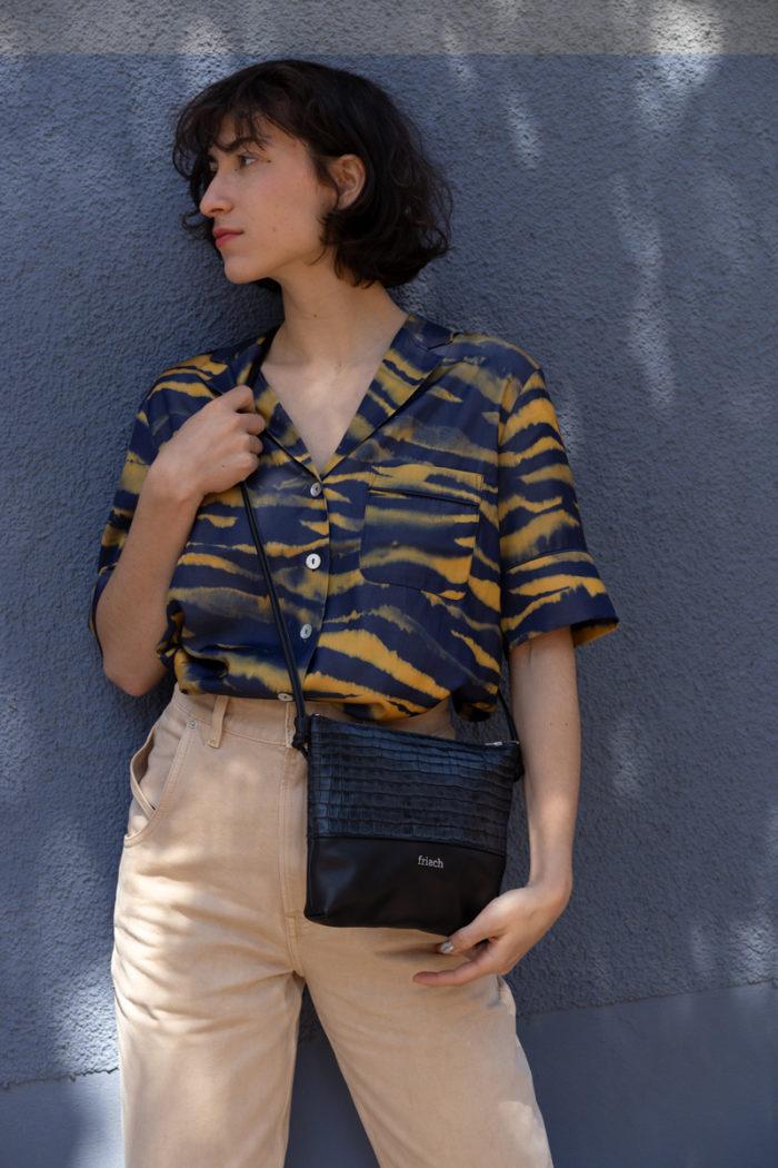 Handtasche aus schwarzem Leder geprägt in Kroko Optik von frisch Beutel
