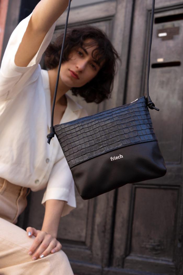 Close up von frisch Handtasche Granit aus Leder in schwarz und Kroko Prägung