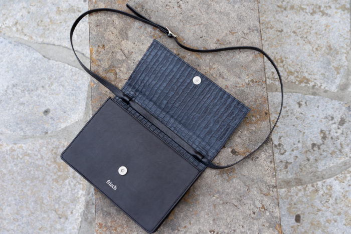 Produktfoto einer geöffneten Handtasche in Kroko Optik von frisch
