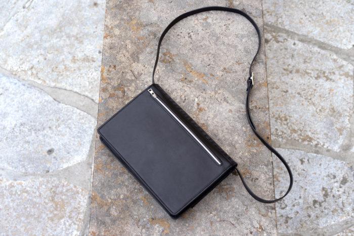 Rückseite einer Handtasche aus Leder in schwarz mit verstellbarem Träger