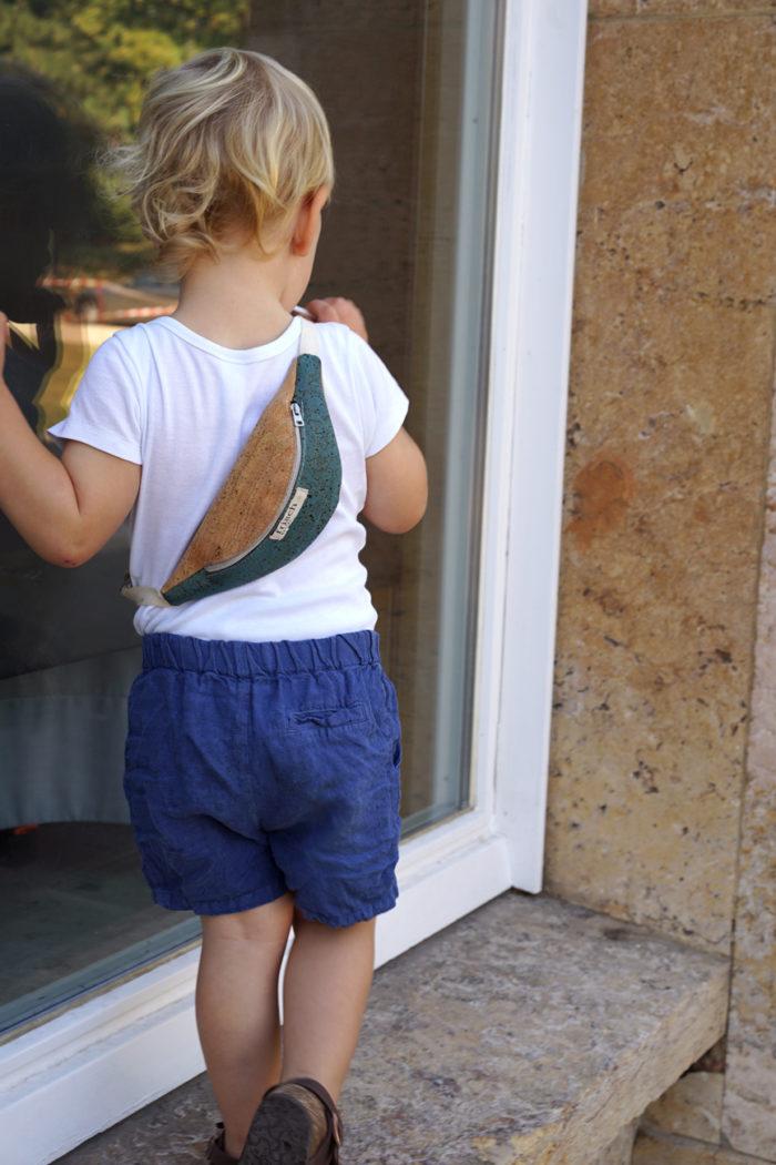 Junge trägt Bauchtasche aus veganem Kork für Kinder