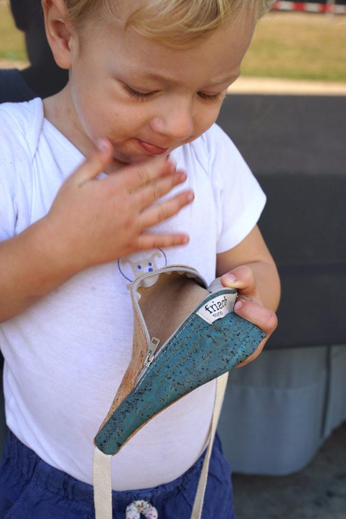 Kleiner Junge mit Bauchtasche aus Kork von frisch Beutel