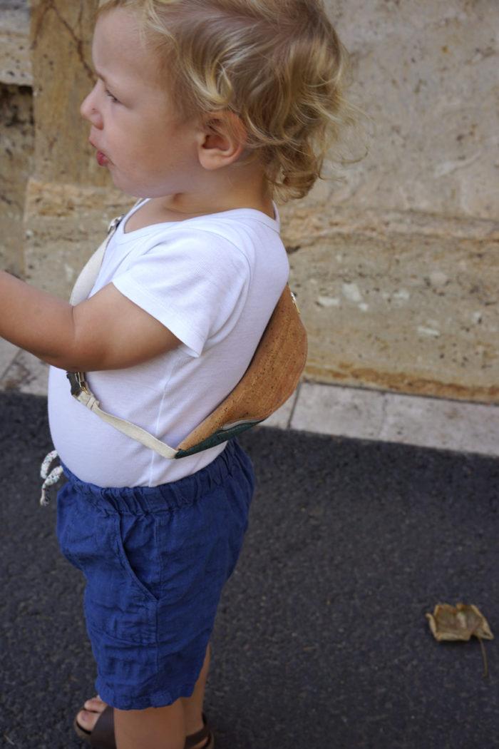Kleiner Junge mit Bauchtasche für Kinder von frisch Beutel