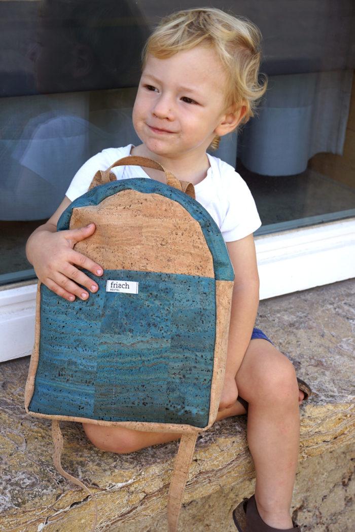 Junge hält Rucksack für Kinder aus Kork von frisch Beutel