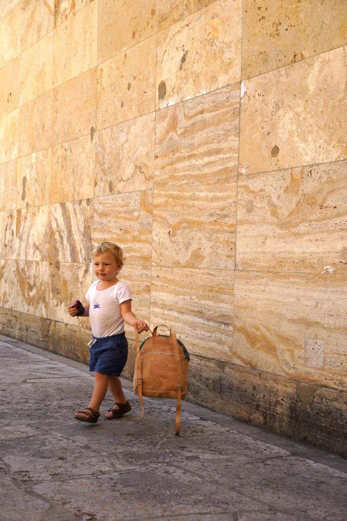 Kleiner Junge mit Korkrucksack von frisch Beutel und Birkenstock