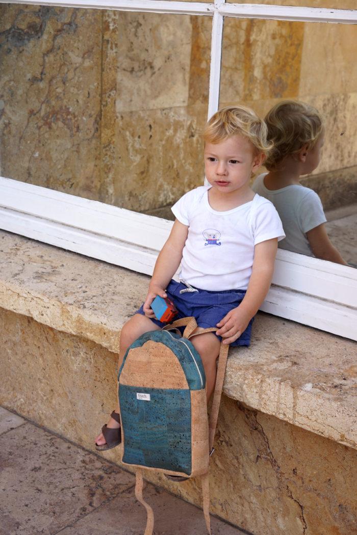 Junge mit Kinderrucksack aus Kork in Natur und türkis von frisch Beutel
