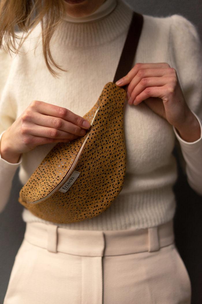 Nahaufnahme einer Senfgelben Bauchtasche mit Muster von frisch Beutel