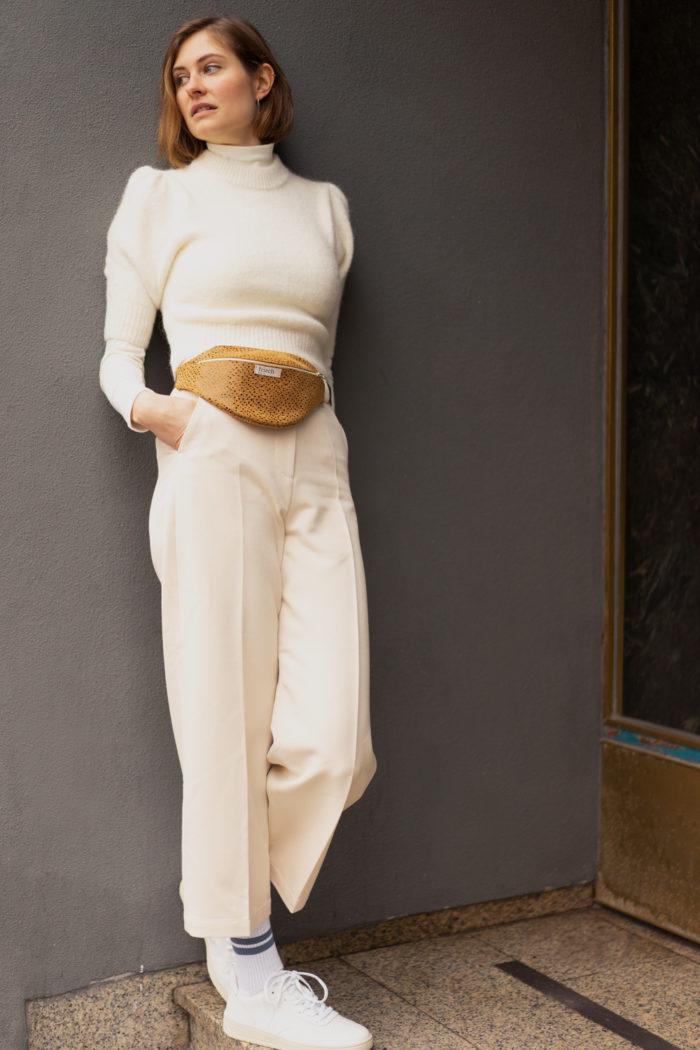 Helles Outfit mit Bauchtasche aus Leder mit Muster von frisch Beutel