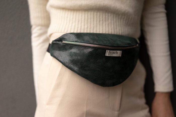 Close up einer Leder Bauchtasche in dunkelgrün von frisch Beutel