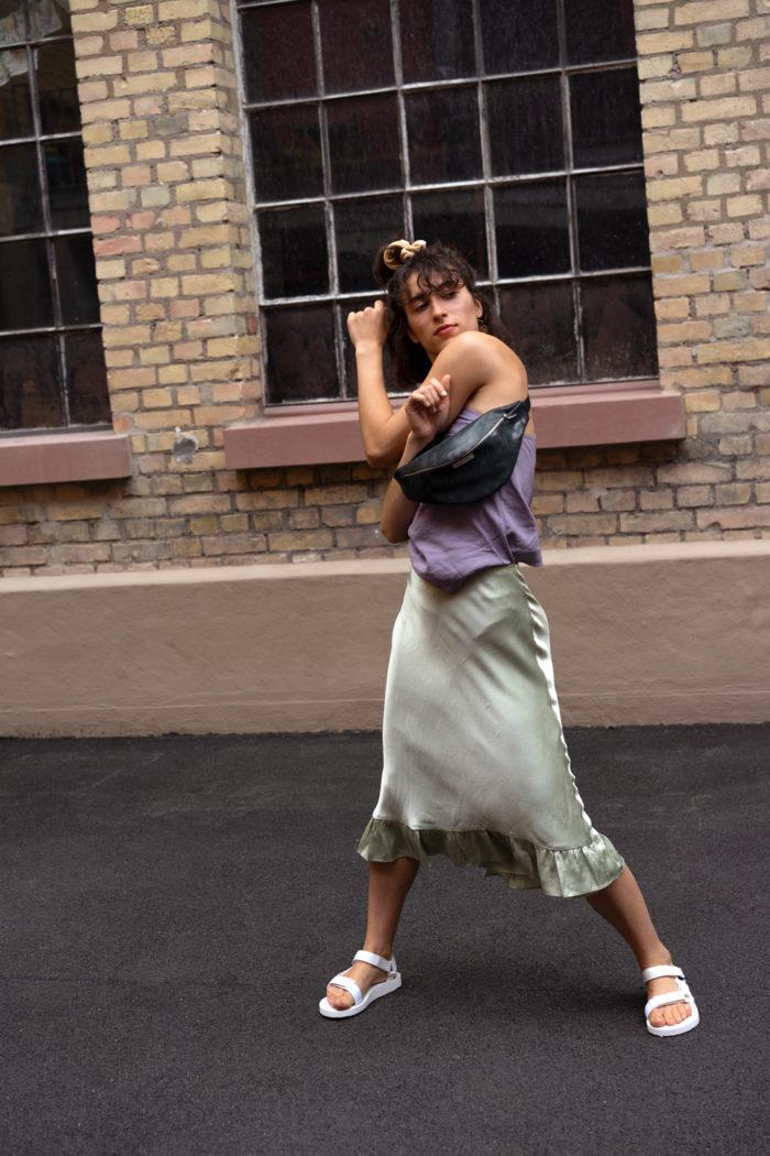 Tänzerin trägt dunkelgrüne frisch Beutel Bauchtasche