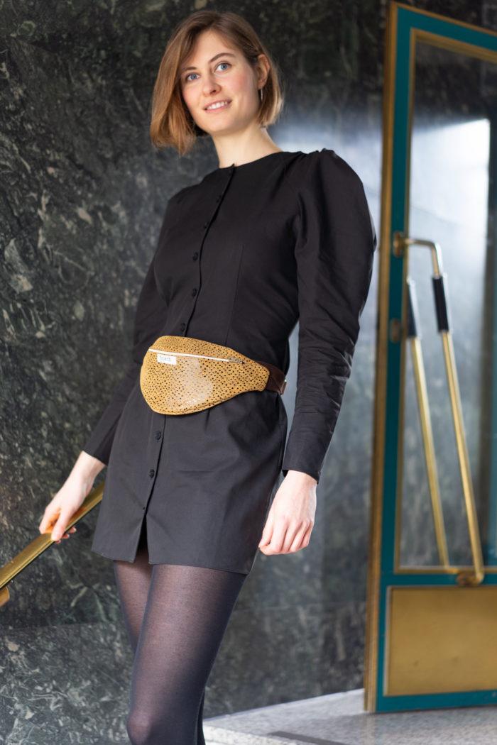 Model trägt Bauchtasche in gelb mit Muster von frisch Beutel