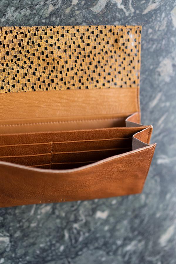 Innenfächer für Karten, Kreditkarten und Scheine einer Geldbörse aus braunem Leder