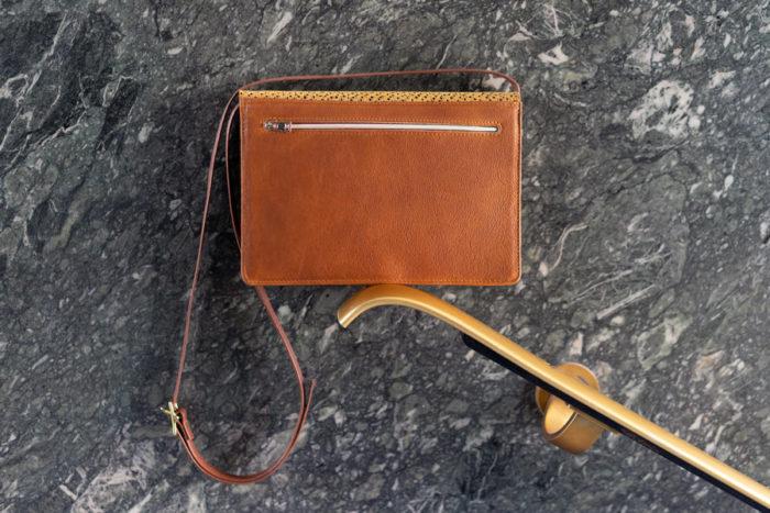 Handtasche zum Umhängen in braun und gelb mit Reißverschlussfach