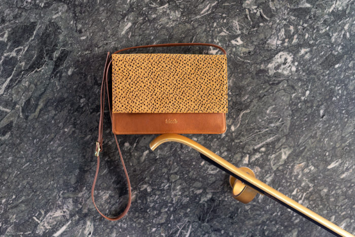 Senfgelbe Handtasche mit Muster auf Klappe und braunem Leder
