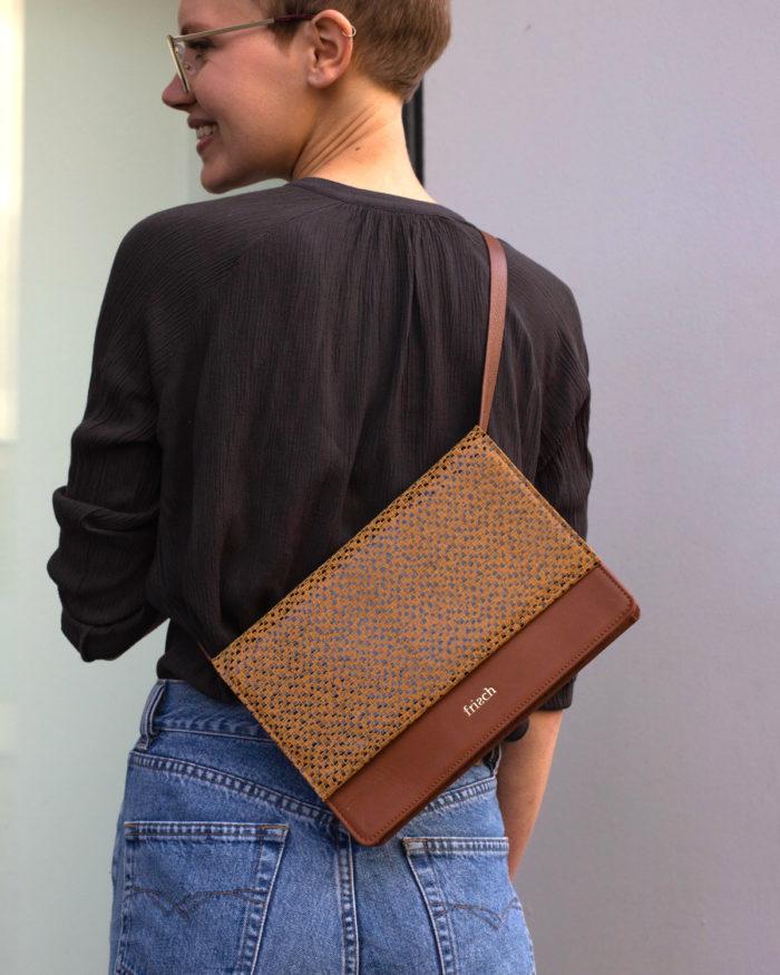 Model trägt schicke braune Umhängetasche für Damen