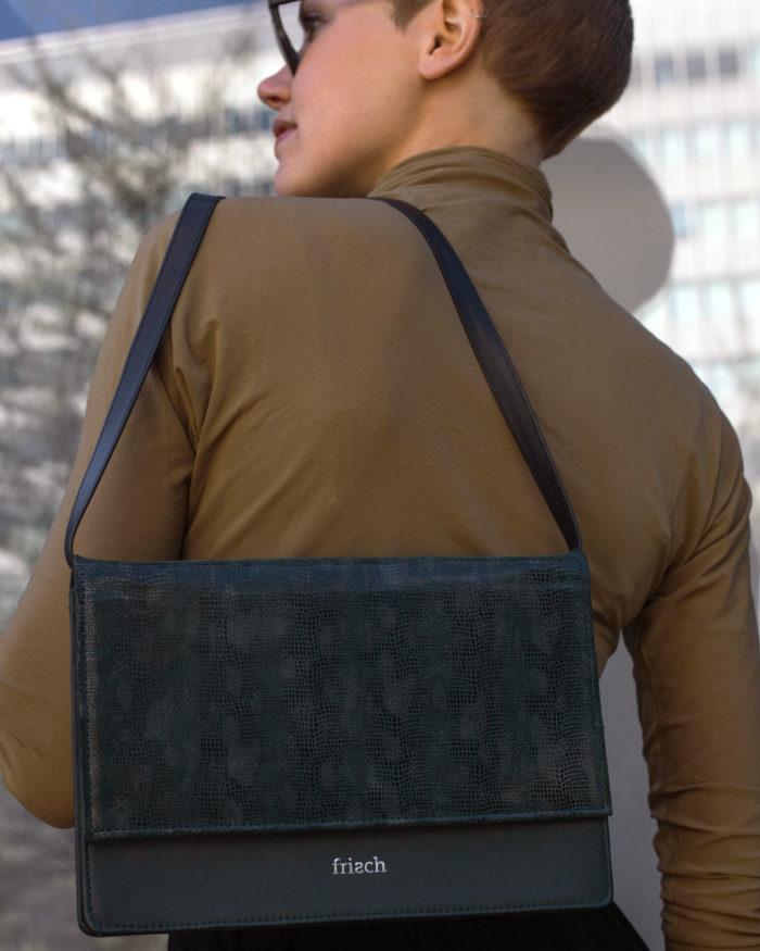 Handtasche in dunkelgrün mit Klappe in Schlangenoptik