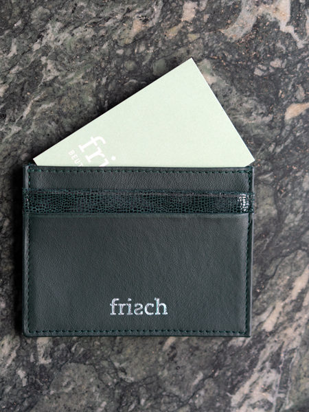 Kartenetui von frisch aus dunkelgrünem Leder und silber Prägung