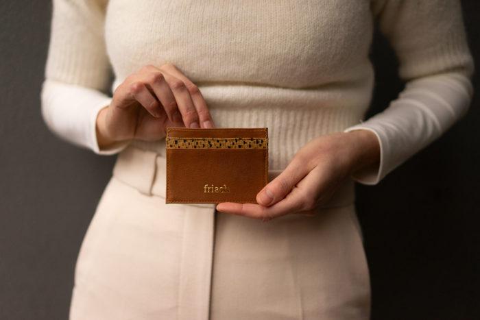 Leder Etui für Karten in braun und senfgelb von frisch Beutel