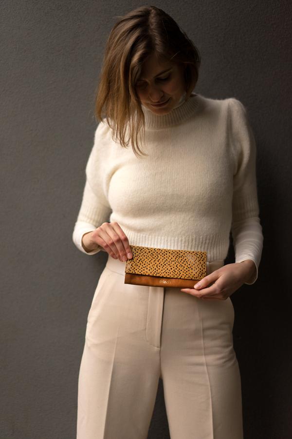 Model zeigt Portemonnaie für Damen in braun und gelb von frisch Beutel