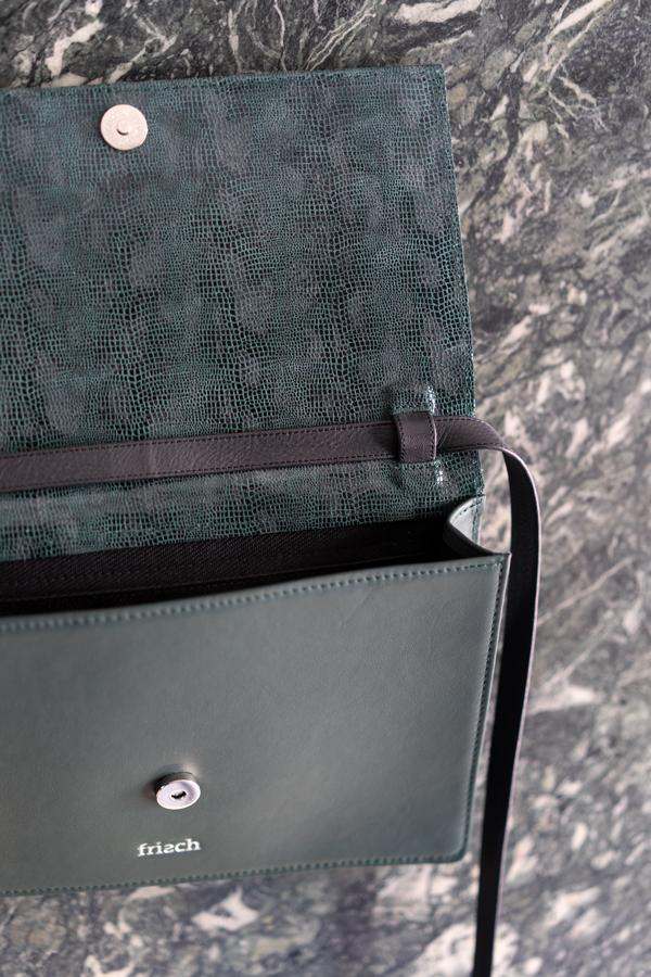Handtasche mit dunkelgrünem Schlangenmuster mit abnehmbarem Riemen aus Leder