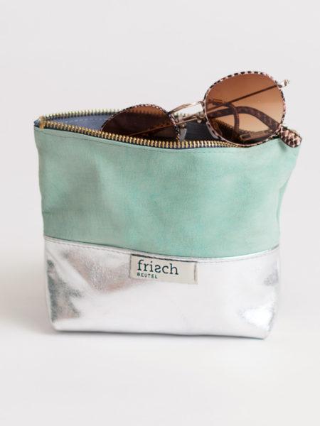 Kleiner Beutel aus Leder in silber und mint mit Sonnenbrille