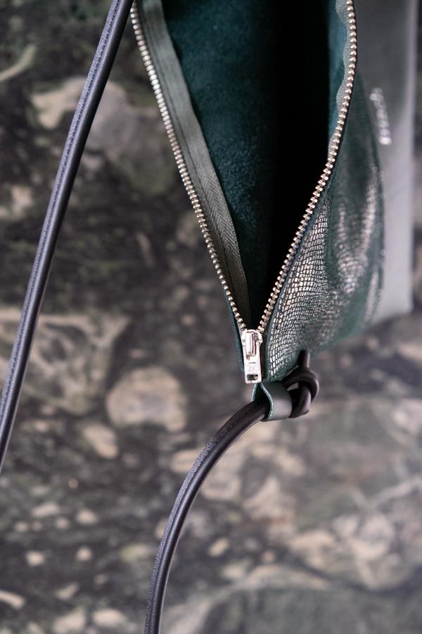 Close up Reißverschluss in silber einer Handtasche in dunkelgrün