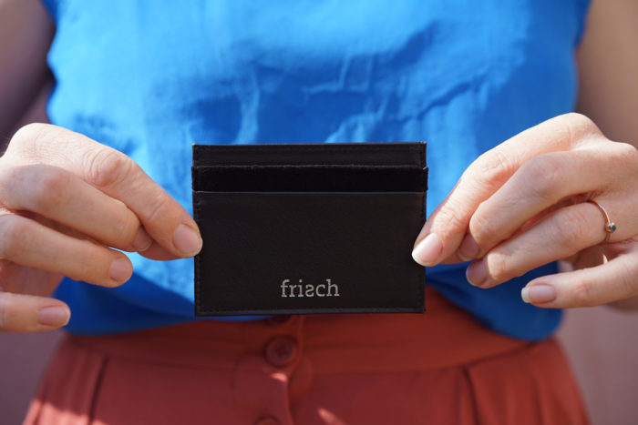 Schickes Kartenetui von frisch Beutel in schwarz mit silber Prägung