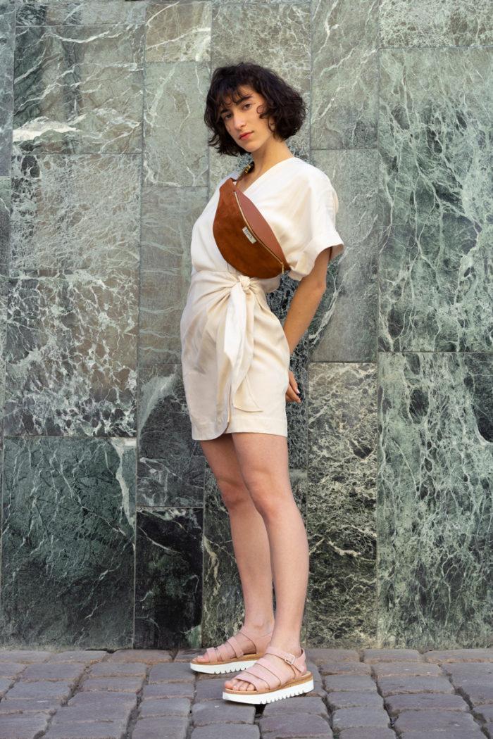 Model trägt braune Bauchtasche Erde aus Leder von frisch Beutel