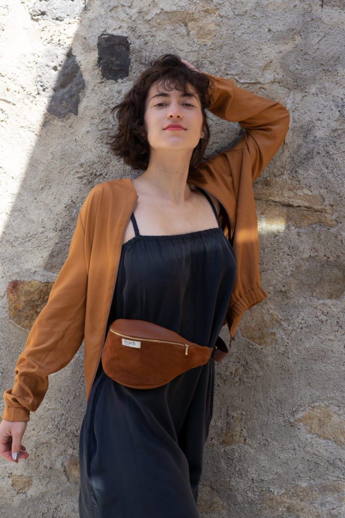 Model trägt braune Bauchtasche aus Leder von frisch Beutel