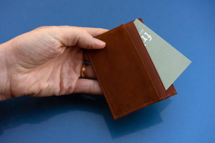 Kartenetui aus braunem Leder mit Visitenkarten