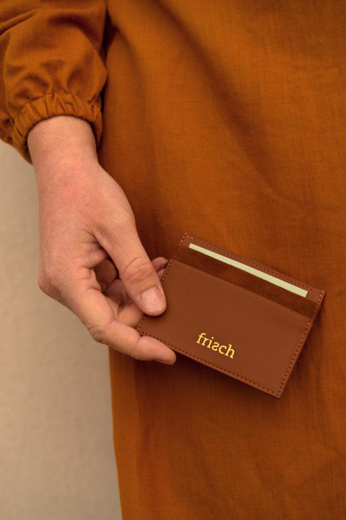 Schickes braunes Kartenetui mit goldener Prägung