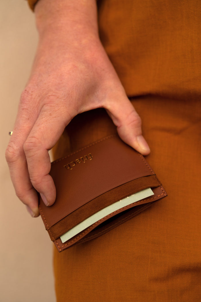 Brauner Cardholder mit Visitenkarten und Geldkarten