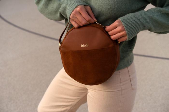 Kleine schicke Handtasche aus braunem Leder close up