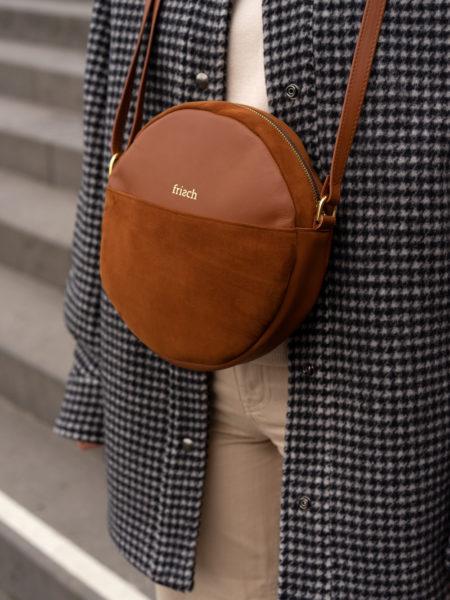 Kleine braune runde Tasche mit goldenen Schnallen