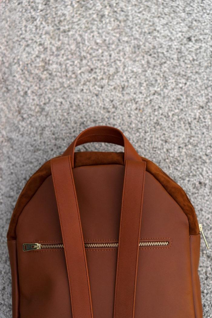 Close up eines braunen Rucksacks mit goldenem Reißverschluss