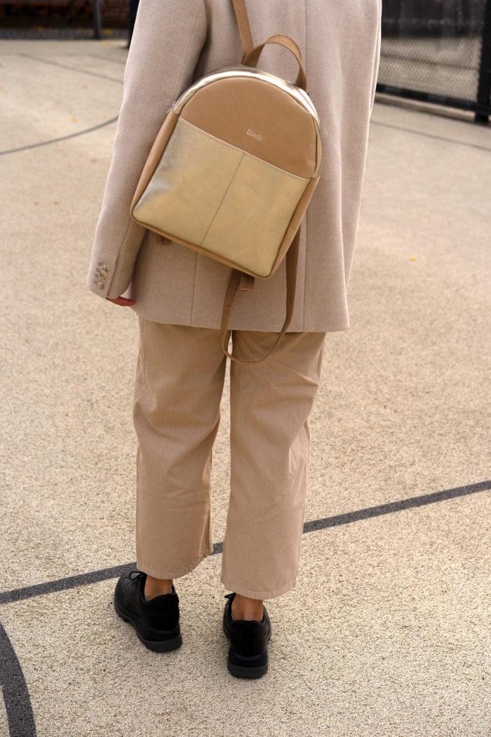 Nachhaltiger runder Rucksack in beige und gold