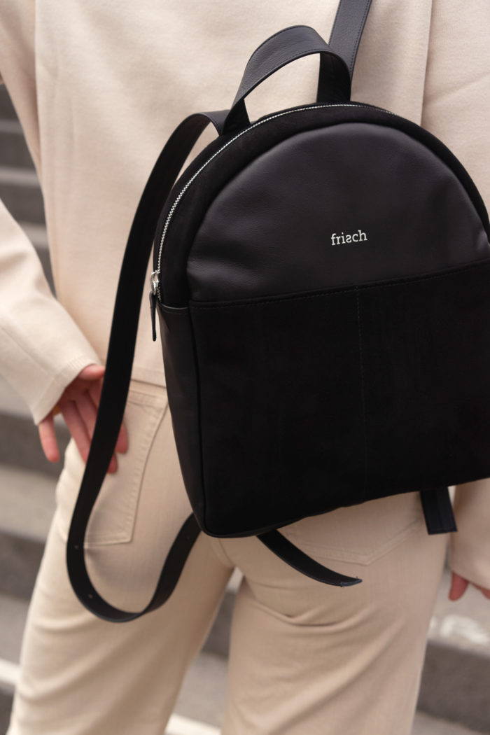 Kleiner Lederrucksack in schwarz mit silber zu hellem Outfit