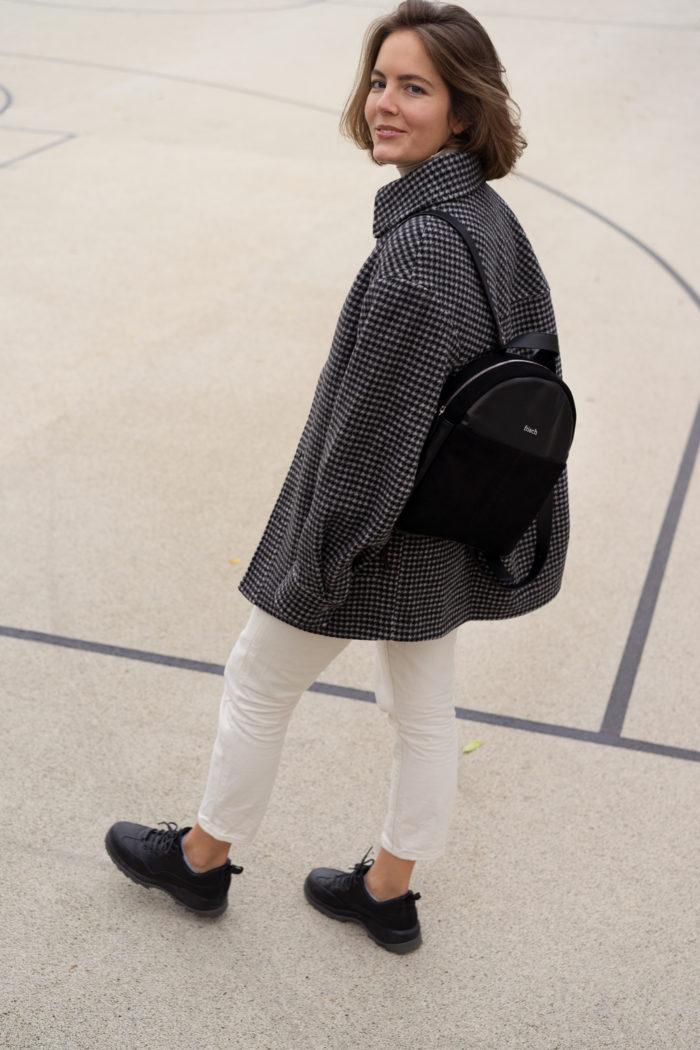 Modell mit kleinem schicken Rucksack in schwarz