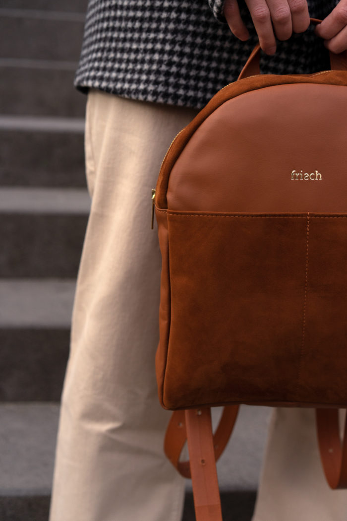 Close up runder Rucksack in cognac braun aus Leder