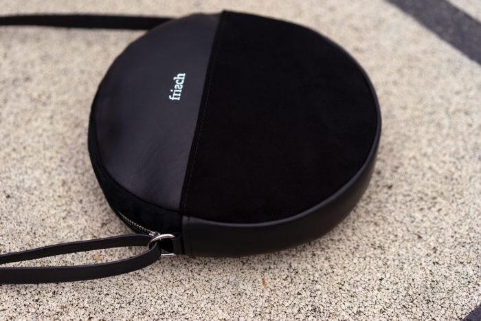Close up einer runden schicken Handtasche aus schwarzem Leder