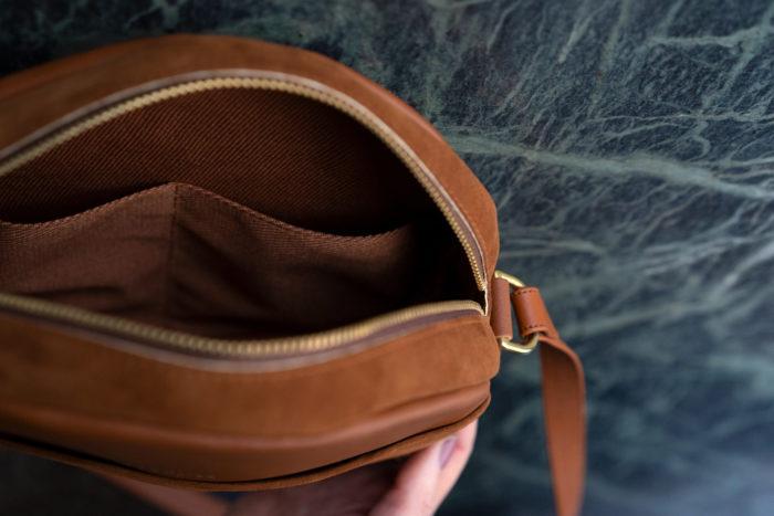 Innenfutter runde Tasche aus Leder braun