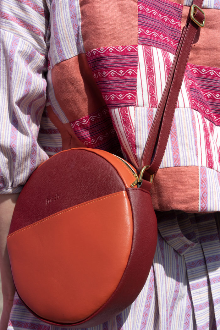Runde Handtasche aus Apfelleder mit Colorblocking
