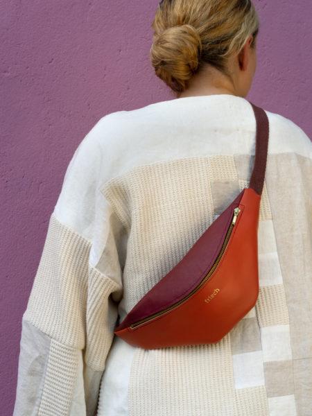 Bauchtasche aus Apfelleder getragen vom Modell in Rückenansicht