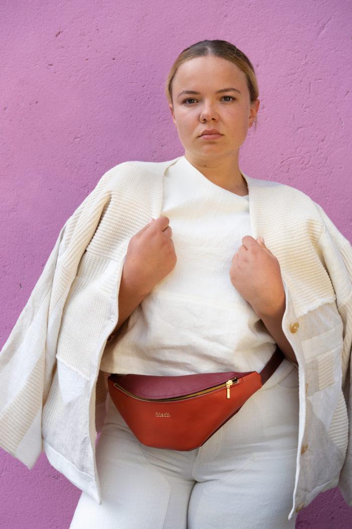 Bauchtasche aus Apfelleder getragen vom Modell