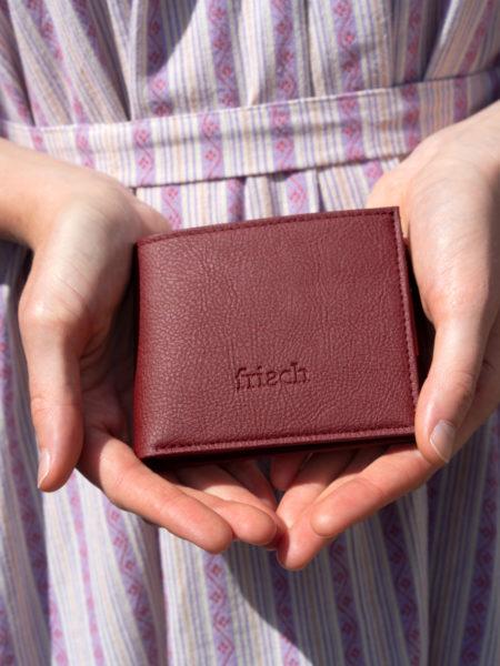 Brieftasche aus Apfelleder in Händen vom Modell