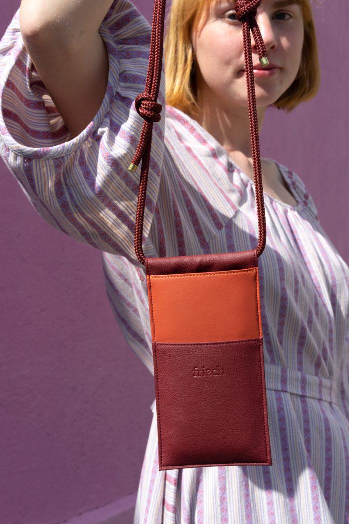 Produktbild einer veganen Handtasche mit Modell