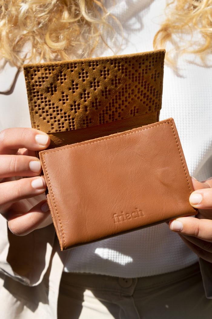 Produktbild kleiner Geldbeutel Boho mit Blindprägung Klappe in Kontrastmaterial