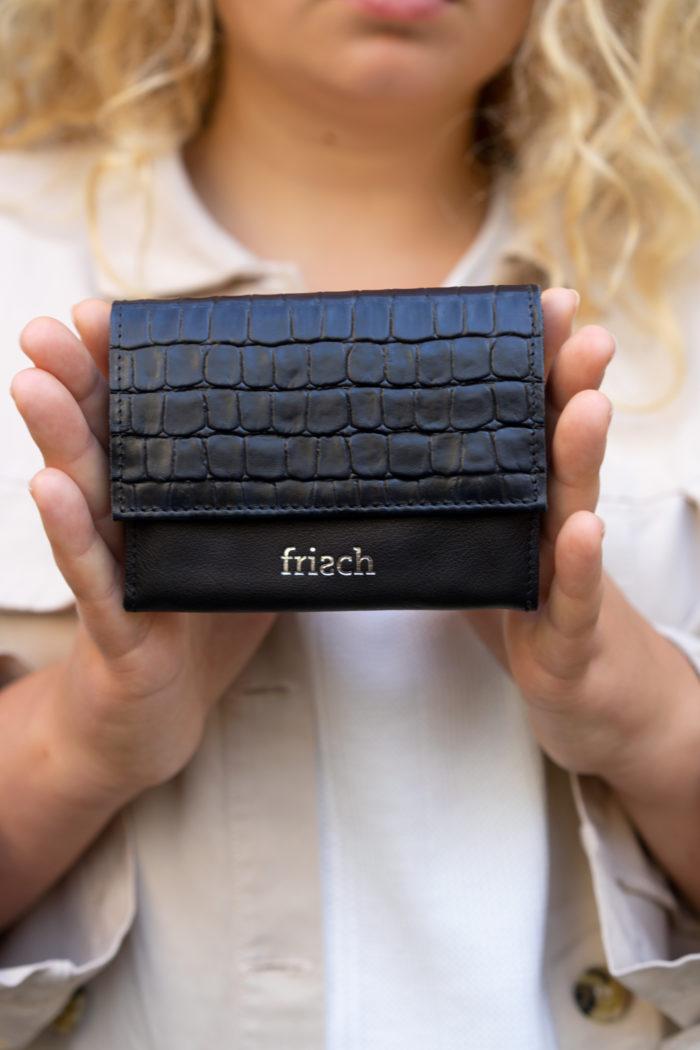 Produktbild kleiner Geldbeutel Granit von Modell präsentiert mit silber Prägung